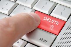 Finger masculino del concepto del negocio que señala llave de cancelación imagen de archivo libre de regalías