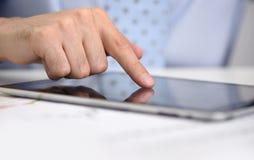 Finger med den digitala minnestavlan Arkivbild