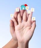 Finger mit dem Papier und der Wort Familie Stockbilder