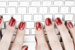 Finger mit rotem Nagel stockfoto