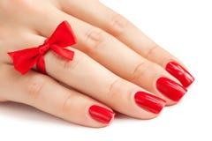 Finger mit roter Maniküre   stockfotos