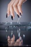 Finger mit ursprünglicher Auslegungmaniküre Stockfotos