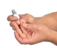 Finger paciente de la diabetes para hacer glucosa el análisis de sangre llano Imagenes de archivo