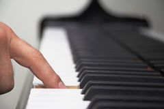 Finger on piano keyboard Royalty Free Stock Photography