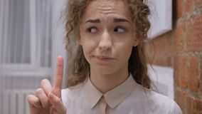 Finger que agita y sacudida de la cabeza a ningún, hembra joven
