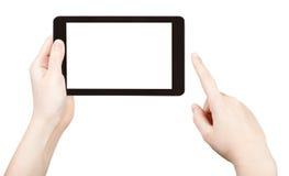 Finger que hace clic la PC de la tableta con la pantalla cortada Fotos de archivo libres de regalías