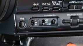 Finger que presiona el botón en la cámara, cambio, cierre para arriba almacen de metraje de vídeo