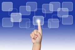 Finger que presiona un botón de la pantalla táctil Foto de archivo libre de regalías