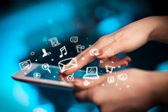 Finger que señala en la PC de la tableta, medios concepto social Fotografía de archivo