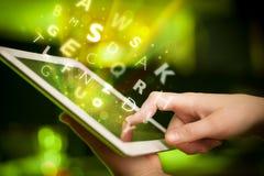 Finger que señala en la PC de la tableta, concepto de las letras Foto de archivo libre de regalías