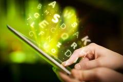 Finger que señala en la PC de la tableta, concepto de las letras Imagenes de archivo