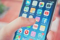 Finger que toca el icono de Instagram App Imagen de archivo libre de regalías