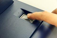 Finger& x27; s alguém está fechando a máquina da cópia do interruptor fotografia de stock
