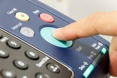 Finger& x27 ; s quelqu'un pousse la machine de copie de début photo libre de droits