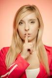 Finger secreto en los labios, muchacha de la mujer que muestra la muestra del silencio de la mano Foto de archivo libre de regalías