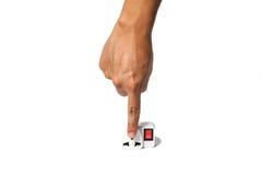 Finger setzte sich in elektrischen Portable und Adapter Sockel, der auf W lokalisiert wurde Lizenzfreie Stockfotos
