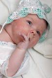 finger som hans nyfött suger arkivbilder
