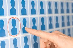 Finger som pekar till den valda personalkandidaten Fotografering för Bildbyråer