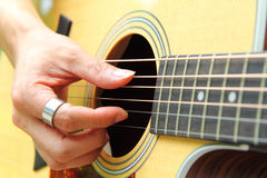 Finger som väljer gitarren Arkivfoton