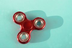 Finger-Spinner stres der Unruhe rote glatte auf Blau Kopieren Sie Platz Lizenzfreie Stockfotografie