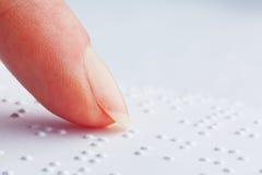 Finger und Blindenschrift. Vorhänge gelesen. Stockbilder