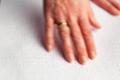 Finger und Blindenschrift. Vorhänge gelesen. Stockfotografie