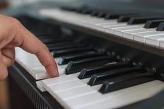 Finger und Klaviertastatur lizenzfreies stockfoto
