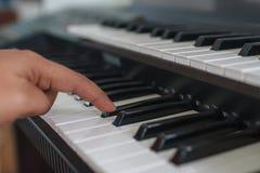 Finger und Klaviertastatur stockfotografie