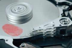Fingerabdruck auf Festplattenlaufwerk stockbild