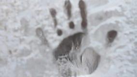 Fingerabdruck auf gefrorenem Glas stock video