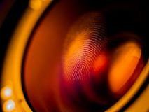 Fingerabdruckmakro auf einer Linse stockfotos