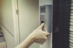 Fingeravtryck och åtkomstskydd i en kontorsbyggnad royaltyfri foto
