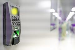 Fingeravtryckbildläsare som antecknar arbetstid Apparatsäkerhet och lösenordkontroll till och med fingeravtryck som skriver in sä arkivbild