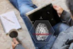 Fingeravtryckscanning Identifiera fingeravtrycket på pekskärmwina royaltyfria foton