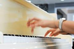 Fingerblurof en pianist Arkivbilder