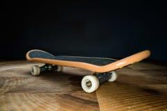 fingerboard Um skate pequeno para que as crian?as e os adolescentes joguem com dedos da m?o Cultura de juventude, esporte extremo imagem de stock