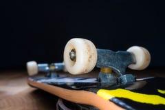 fingerboard Um skate pequeno para que as crian?as e os adolescentes joguem com dedos da m?o Cultura de juventude, esporte extremo fotografia de stock royalty free