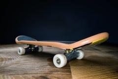 fingerboard Um skate pequeno para que as crian?as e os adolescentes joguem com dedos da m?o Cultura de juventude, esporte extremo imagens de stock