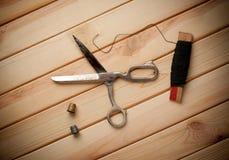 fingerborg för sömnad för bomullssatsvisare Sax spolar med tråden och Royaltyfri Bild