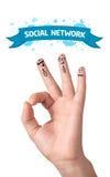 Fingeres aceptables felices con la muestra y los iconos sociales de la red Fotografía de archivo