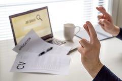 Fingeres cruzados para conseguir el trabajo Persona en búsqueda de trabajo esperanzada con actitud positiva El candidato de traba Foto de archivo libre de regalías