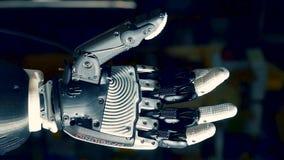 Fingeres de extensión de la mano biónica del cyborg, trabajos automáticamente almacen de metraje de vídeo