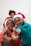 Fingeres de los hermanos para arriba en la Navidad imágenes de archivo libres de regalías