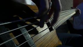 Fingeres del músico que toca la guitarra baja metrajes
