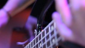 Fingeres en el cuello de la guitarra baja almacen de video
