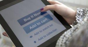Fingeres femeninos que hacen compras de Internet que hacen clic en la COMPRA Foto de archivo libre de regalías