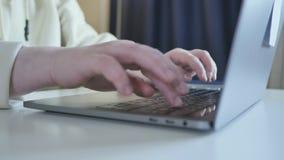 Fingeres que graban cierre del ordenador del trabajo de la pantalla del teclado encima de la comunicación corporativa metrajes