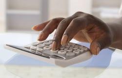 Fingeres que presionan en telclado numérico de la calculadora Foto de archivo