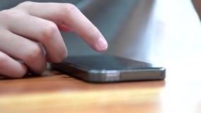 Fingeres que tocan y que birlan smartphone