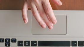 Fingeres que trabajan en un panel táctil del ordenador portátil, primer metrajes